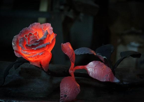 Раскаленная кованная роза